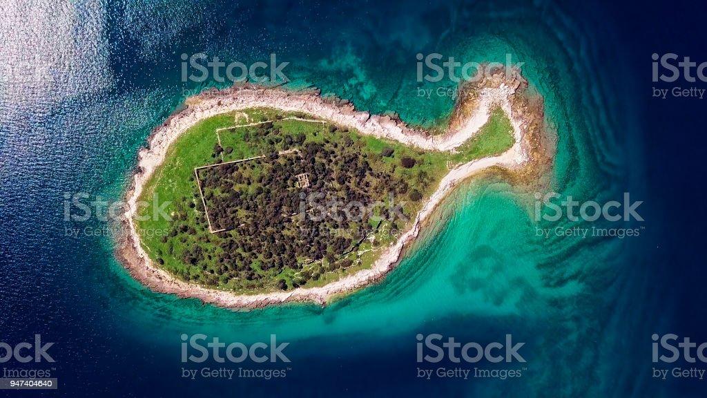 Luftaufnahme von Fisch geformte Insel Gaz in Brijuni-Inseln, Istrien, Kroatien. – Foto