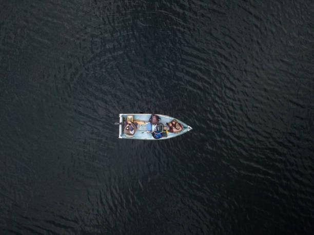 Luftaufnahme des Fishermans Angeln vom Boot auf See – Foto