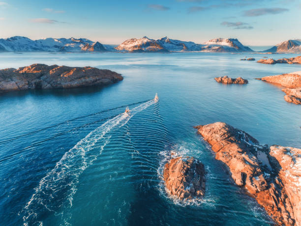 Vista aérea de pesca barcos, rochas no mar azul - foto de acervo