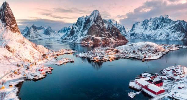 Vista aérea da vila de pescadores na montanha cercada na temporada de inverno - foto de acervo