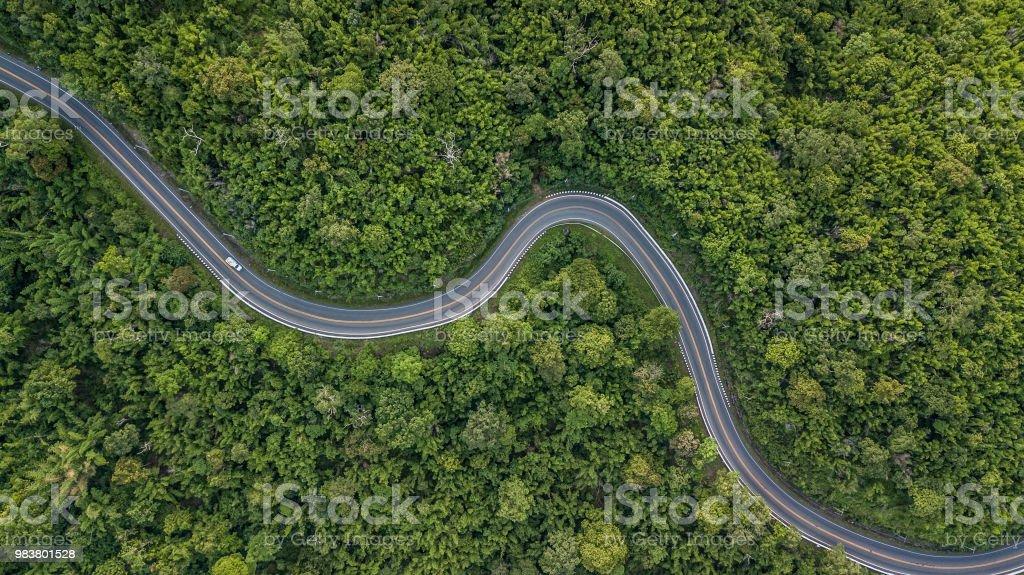 Luftaufnahme der Forststraße in Südost-Asien, Luftaufnahme von einer Landstraße, die durch einen Wald, Thailand. – Foto
