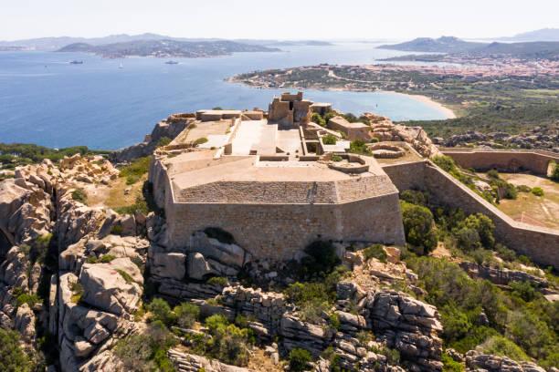 luftaufnahme von fortezza di monte altura - palau sardinien stock-fotos und bilder