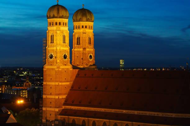 luftaufnahme der frauenkirche in der nacht, münchen, bayern, deutschland - münchner frauenkirche stock-fotos und bilder