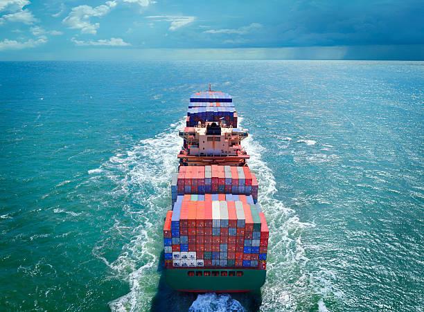vista aérea de um navio de carga de carga com contêineres - recipiente - fotografias e filmes do acervo
