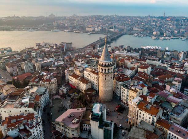 вид с воздуха на башню галата в стамбуле, турция - стамбул стоковые фото и изображения