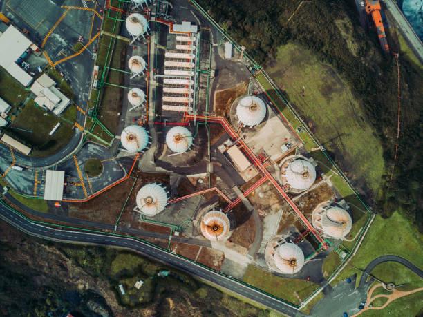 luchtfoto van gas opslagtanks - brandstoftank stockfoto's en -beelden