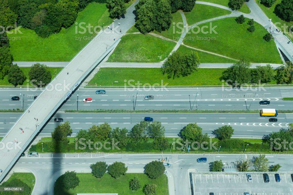 Widok z lotu ptaka na niemiecką autostradę z mostem, Monachium, Niemcy - Zbiór zdjęć royalty-free (Droga)