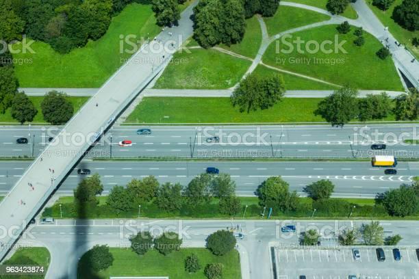 Widok Z Lotu Ptaka Na Niemiecką Autostradę Z Mostem Monachium Niemcy - zdjęcia stockowe i więcej obrazów Droga