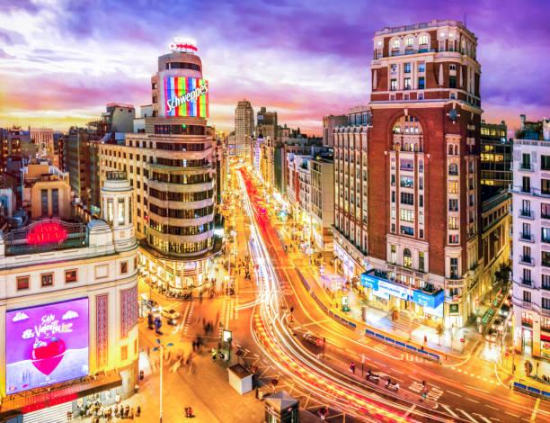 グラン ビア夕暮れ時の空撮です。マドリード。スペインの青い時間 - マドリード グランヴィア通り ストックフォトと画像