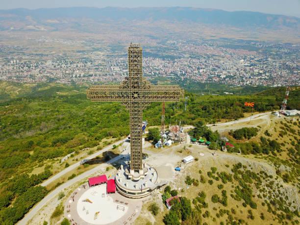 havadan görünümü cityscape, makedonya karşı çelik yapısının büyük haç. - üsküp stok fotoğraflar ve resimler