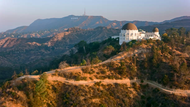 flygfoto över griffith observatory mot hollywood-skylten på sluttningen av mount hollywood - hollywood sign bildbanksfoton och bilder