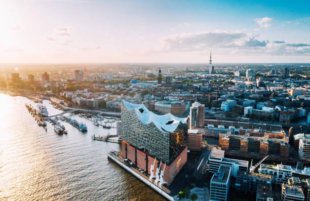 Luftaufnahme der Hamburger Hafenstadt und der Elbphilharmonie – Foto