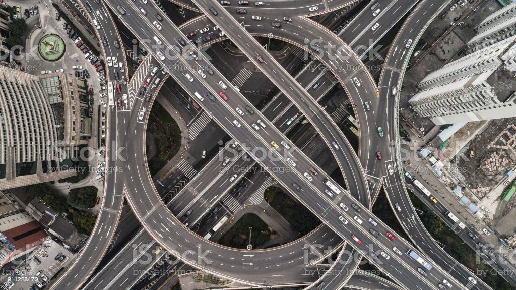 Flygfoto över motorvägen och överfart i city på en molnig dag bildbanksfoto