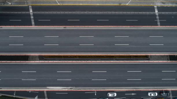 Luftbild von Autobahn und Überführung in die Stadt an einem bewölkten Tag – Foto