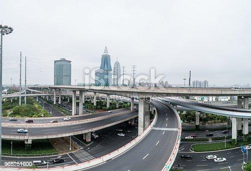 Aerial View Of Highway And Overpass In City On A Cloudy Day - Stockowe zdjęcia i więcej obrazów Architektura