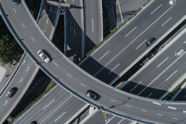 Luftbild von Autobahn und Überführung in Stadt an sonnigen Tag – Foto
