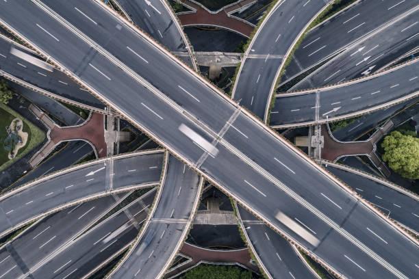 Luftbild von Autobahn und Überführung in Stadt – Foto
