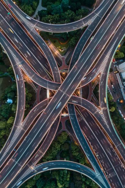 Luftaufnahme von Autobahn und Überführung in East Yan'an Road, Shanghai Stadt – Foto