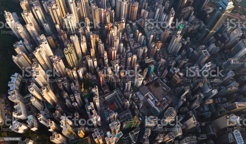 Vista aérea del centro de Hong Kong. Distrito financiero y negocios centros de ciudad inteligente de Asia. Vista superior de los rascacielos y altos edificios. foto de stock libre de derechos