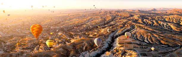 luftaufnahme des heißluftballons über cappadocia bei sonnenaufgang, türkei (panorama xxl) - freistaat stock-fotos und bilder