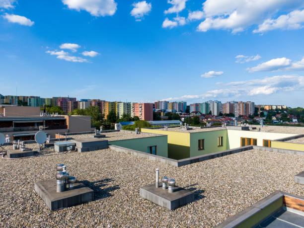 ev düz çatı konut binanın havadan görünümü. modern mimari dış. klima sistemleri ve havalandırma yapısı. arka planda ikamet binası, güneşli bir gün. - düz yüzey stok fotoğraflar ve resimler
