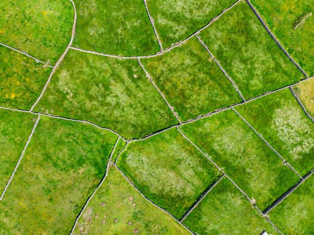 Luftaufnahme von Inishmore oder Inis Mor, der größten der Aran-Inseln in Galway Bay, Irland. Berühmt für seine irische Kultur, Loyalität zur irischen Sprache und eine Fülle von antiken Stätten. – Foto