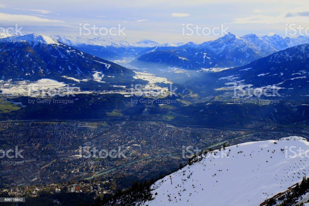Aerial View Innsbruck Stadtbild Panorama und idyllische Norden Tirol schneebedeckten Karwendel Gebirge von oben, Österreich – Foto