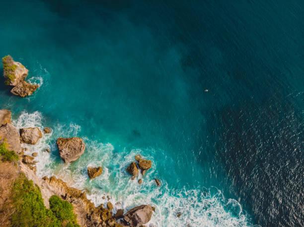 Luftaufnahme der Insel und blauen Ozean in Bali, Indonesien. – Foto