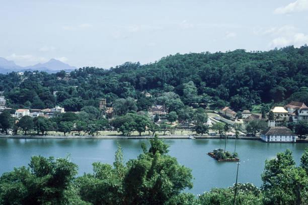 luftaufnahme von kandy, sri lanka - typisch 90er stock-fotos und bilder