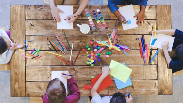 예술과 공예를하는 아이들의 공중 보기 - 예술 공예품 뉴스 사진 이미지