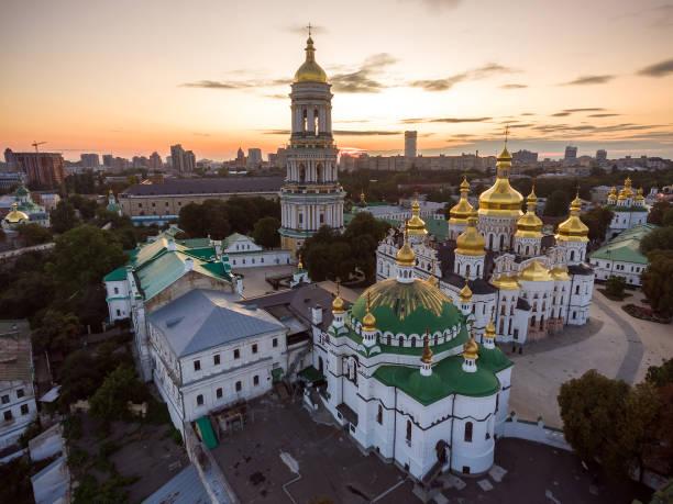 luftaufnahme des kiewer höhlenkloster kiew, kiew, ukraine. - klosterurlaub stock-fotos und bilder