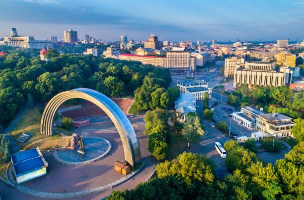 vista aérea de kiev com a amizade de nações arco e praça europeia - ucrânia - ucrânia - fotografias e filmes do acervo