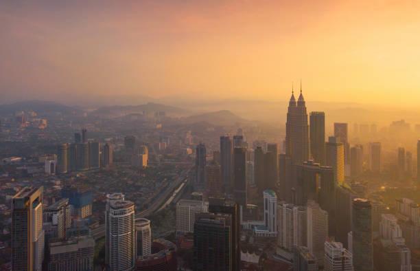 쿠알라룸푸르 시내, 말레이시아의 공중 보기. 아시아의 스마트 도시 도시에 있는 금융 지구와 비즈니스 센터. 석양에 마천루와 고층 건물. - 쿠알라룸푸르 뉴스 사진 이미지