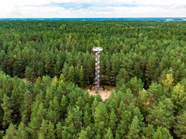 Luftaufnahme des Aussichtsturms Labanoras Regional Park, dem höchsten Aussichtsturm Litauens. – Foto