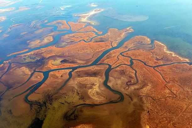 vista aérea de lagoas, perto de veneza, vêneto, itália, europa - laguna - fotografias e filmes do acervo