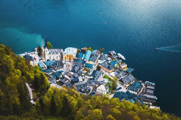 luftaufnahme des lakeside dorf von hallstatt in österreich - österreichische kultur stock-fotos und bilder