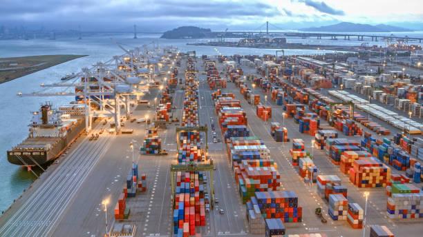 vista aérea de envío grandes muelles en el puerto de oakland, california - oakland fotografías e imágenes de stock