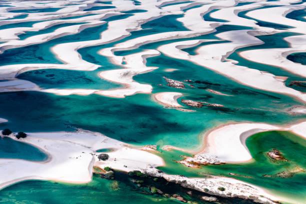 luftaufnahme von lençois maranhenses - flugzeugperspektive stock-fotos und bilder
