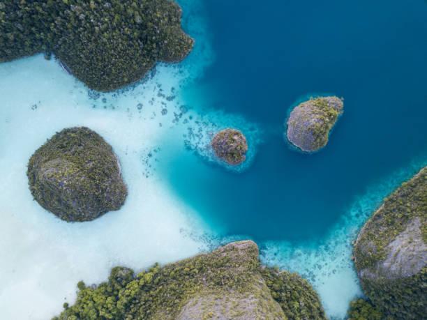 Vista aérea de las islas de piedra caliza y la laguna - foto de stock