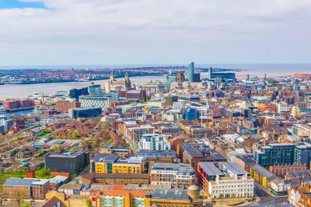 vue aérienne de liverpool, dont les trois grâces, angleterre - liverpool angleterre photos et images de collection