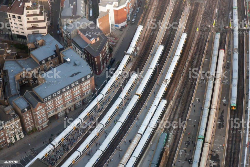 Luftaufnahme der London Bridge Station mit Zügen und Plattformen, London – Foto