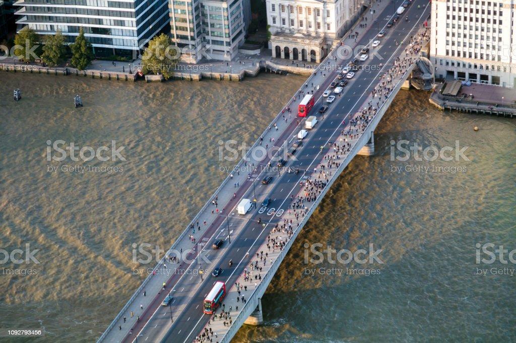 Luftaufnahme der London Bridge mit Masse der Pendler – Foto