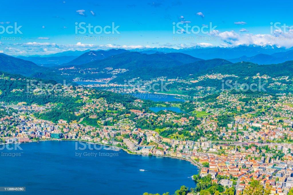 スイスのモンテブレイからのルガーノとルガーノ湖の空中風景 ...