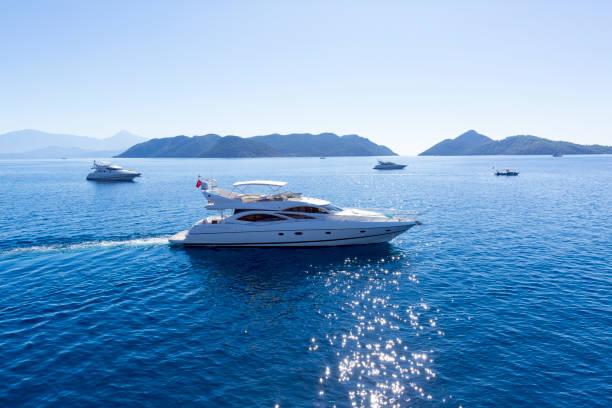 Vista aérea de yate de lujo navegando en el mar - foto de stock
