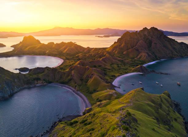 Luftaufnahme der majestätischen Insel Padar mit dramatischem Sonnenlicht bei Sonnenuntergang – Foto