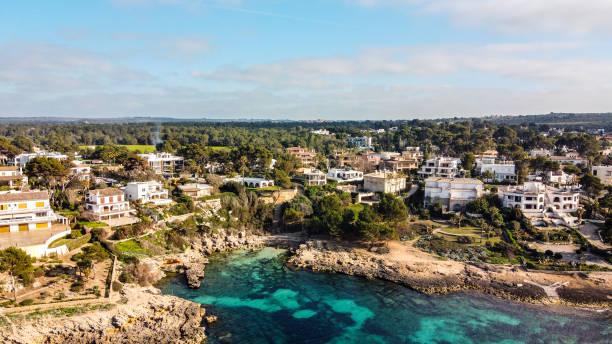 vista aérea de la costa de mallorca, islas baleares - pbsm fotografías e imágenes de stock