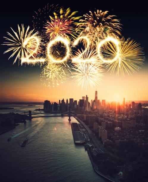 luftaufnahme der stadt manhattan mit dem feuerwerk - new york new year stock-fotos und bilder