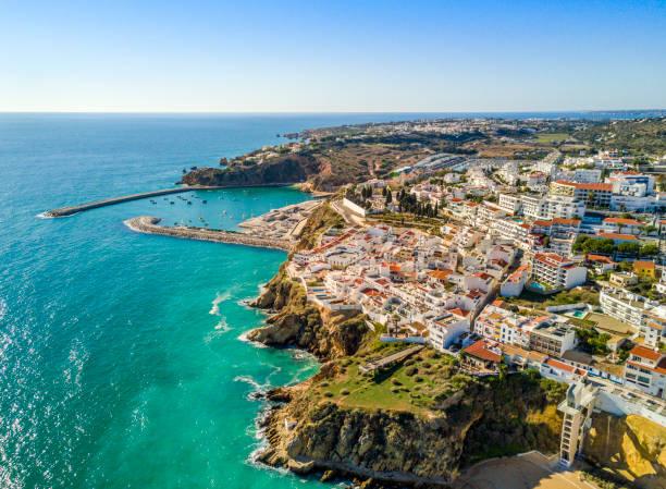 luchtfoto van de jachthaven en kliffen in albufeira, algarve, portugal - portugal stockfoto's en -beelden