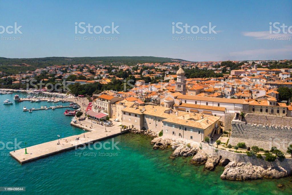 Luftaufnahme der mediterranen Küstenstadt Krk, Insel Krk, Kroatien - Lizenzfrei Adriatisches Meer Stock-Foto