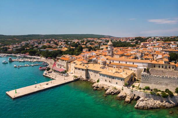 Luftaufnahme der mediterranen Küstenstadt Krk, Insel Krk, Kroatien – Foto
